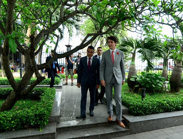 Sau đó, Thủ tướng Canada Justin Trudeau đã dạo một vòng quanh khuôn viên của Hose trước khi có cuộc gặp gỡ với các doanh nhân hai nước.