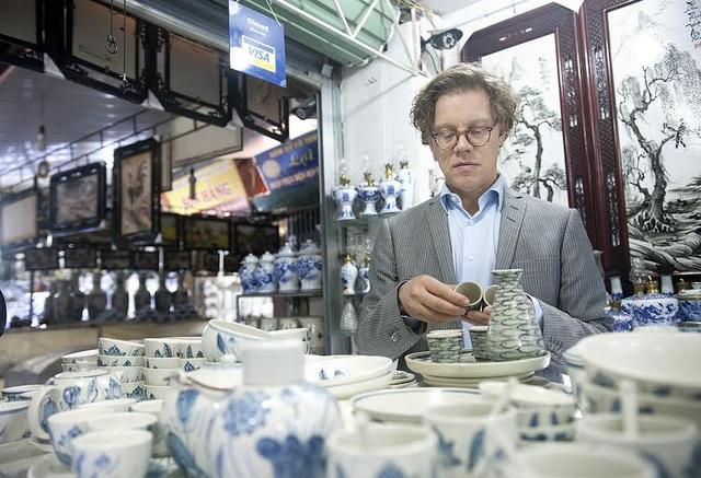 Ông Pereric đặc biệt thích các sản phẩm đồ gốm được trang trí hình cá. Theo một người bán hàng, cá là biểu tượng của hạnh phúc.