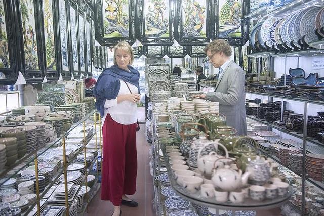 Trong khi đó, bà Anna thích các sản phẩm gốm có hình bướm và chuồn chuồn.