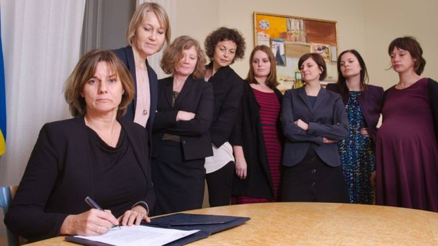 Bức ảnh do Phó Thủ tướng Thụy Điển Isabella Lovin đăng lên Facebook sau khi ký thông qua dự luật về môi trường (Ảnh: Facebook)