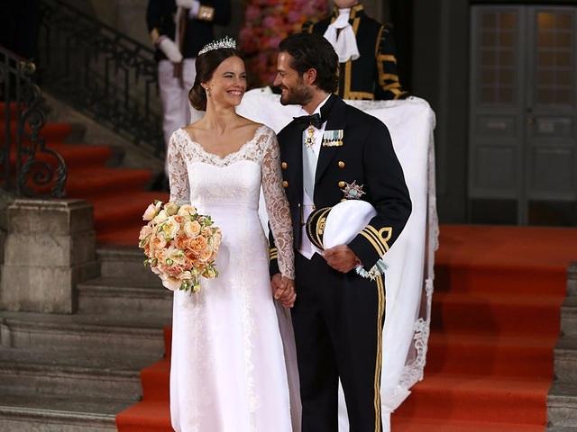 Hoàng tử Carl Philip của Thụy Điển và cô dâu Sofia nắm tay trong lễ cưới năm 2015. Váy cưới của Công nương Sofia là sản phẩm của nhà thiết kế nổi tiếng người Thụy Điển Ida Sjöstedt. (Ảnh: Getty)