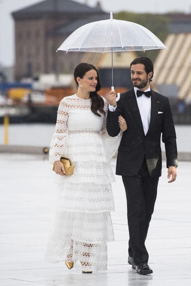 """Cuộc hôn nhân của Hoàng tử Thụy Điển Carl Philip và bạn gái Sofia Kristina Hellqvist, một người mẫu nổi tiếng, là minh chứng cho câu chuyện tình yêu giữa một thành viên hoàng gia với một """"thường dân""""."""