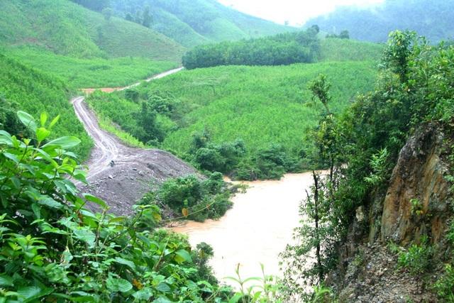 Rác và đất bị công nhân thủy điện Thượng Nhật vứt xuống sông gây ô nhiễm