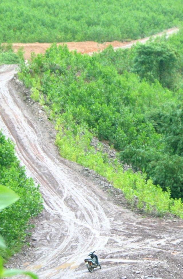 Đường quá dốc do thủy điện Thượng Nhật San ủi dường nên bà con miền núi không vào được rẫy canh tác