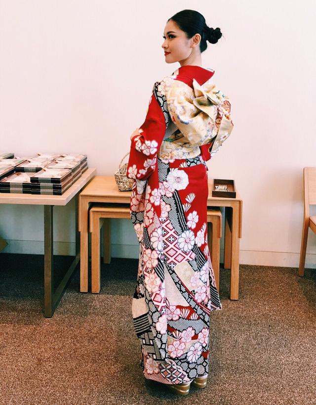 Kết hợp với mái tóc búi cao và lối makeup trong trẻo do chính mình thực hiện, Á hậu Việt Nam nhận được nhiều lời khen tặng về ngoại hình của mình.