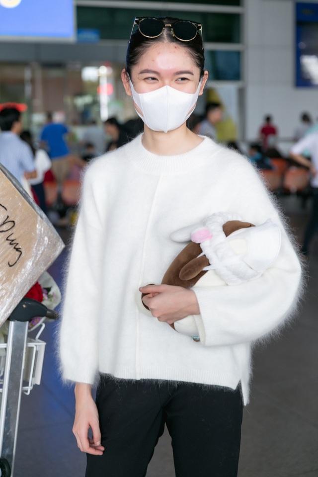 Gương mặt Thuỳ Dung vẫn còn đầy những mận đỏ - triệu chứng của bệnh thuỷ đậu. Dù vậy, Á hậu luôn mỉm cười hạnh phúc, rạng rỡ khi được bạn bè thân thiết ra đón tại sân bay.