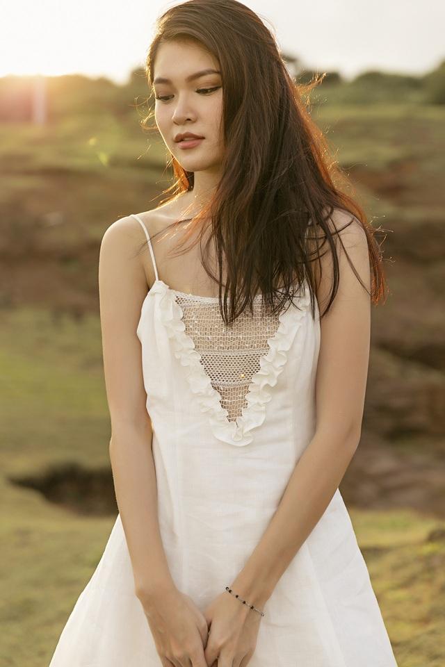 Tại Phú Quý, người đẹp 9X khoe vẻ đẹp mong manh, căng tràn sức sống trong những bộ cánh lấy sắc trắng làm chủ đạo.
