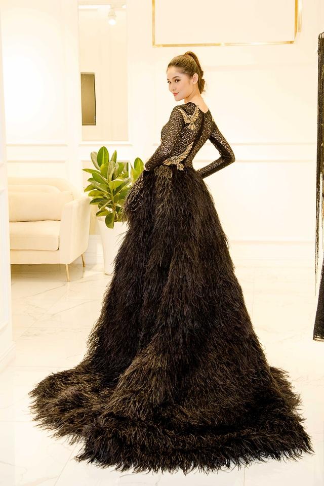 Người đẹp sinh năm 1996 khoe nhan sắc cuốn hút khi khoác lên người nhiều bộ cánh với phom dáng, chất liệu, màu sắc vô cùng đa dạng. Thùy Dung cao 1,72m, số đo 84 - 60 - 90 của Á hậu Việt Nam 2016.