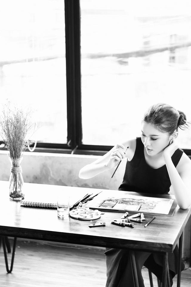Thời gian rảnh ở nhà hay mỗi khi chờ đợi công việc, người đẹp thường vẽ tranh trên cuốn sổ nhỏ mà cô luôn mang theo bên mình.