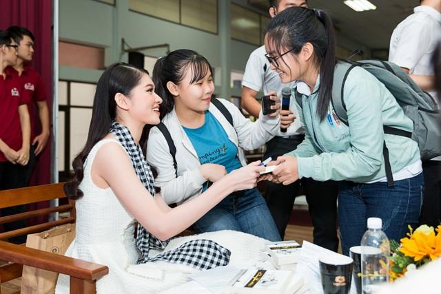 Thùy Dung cũng trò chuyện với các bạn sinh viên về việc đọc sách.