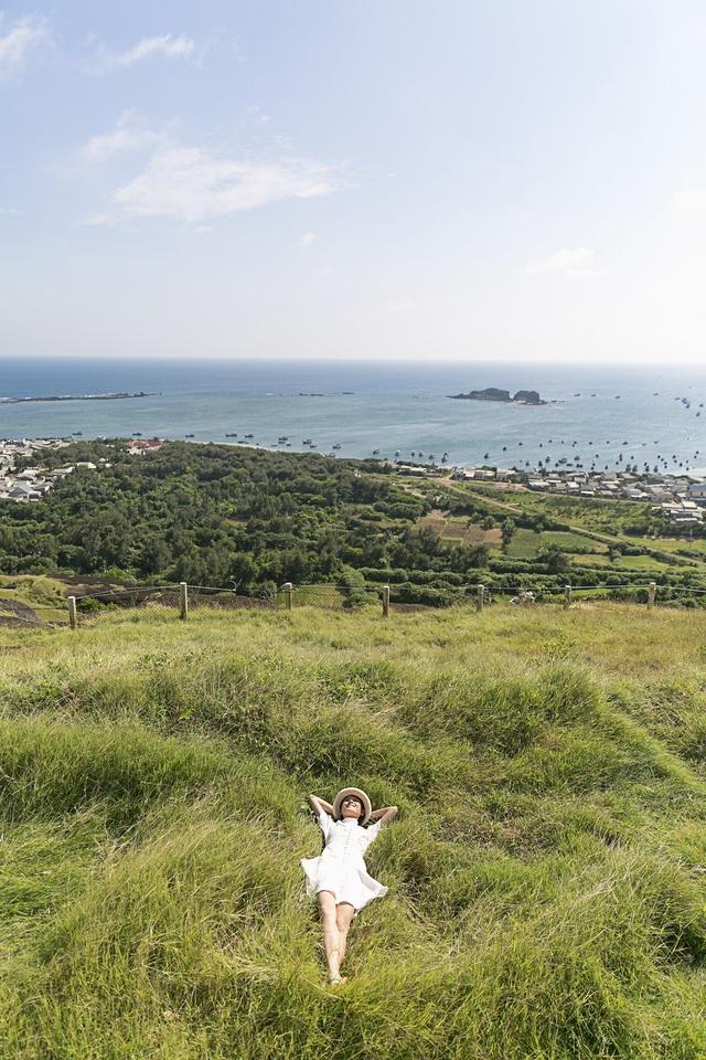 Và Phú Quý - hòn đảo nơi đầu ngọn sóng yên bình mà không phải ai cũng từng đặt chân đến, với phong cảnh hữu tình, người dân thân thiện chính là địa điểm mà Thùy Dung mong muốn quảng bá trong dịp đặc biệt này. Cách thành phố Phan Thiết 120 km với 4 tiếng đi tàu cao tốc, đảo Phú Quý mang một vẻ đẹp vừa hùng vĩ vừa nên thơ.