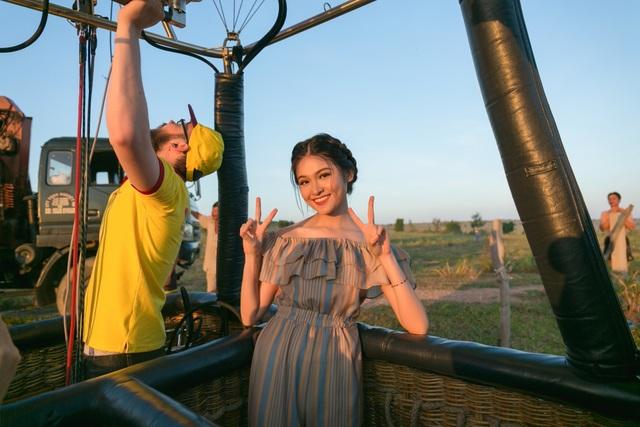 Á hậu Việt Nam cùng êkip phải chuẩn bị và di chuyển từ lúc 3h sáng để có thể kịp cất cánh và đón bình minh tại Mũi Né.
