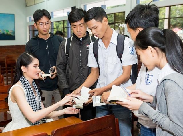 """Á hậu Thùy Dung chia sẻ với sinh viên bí quyết nói tiếng Anh """"như gió"""" - 5"""