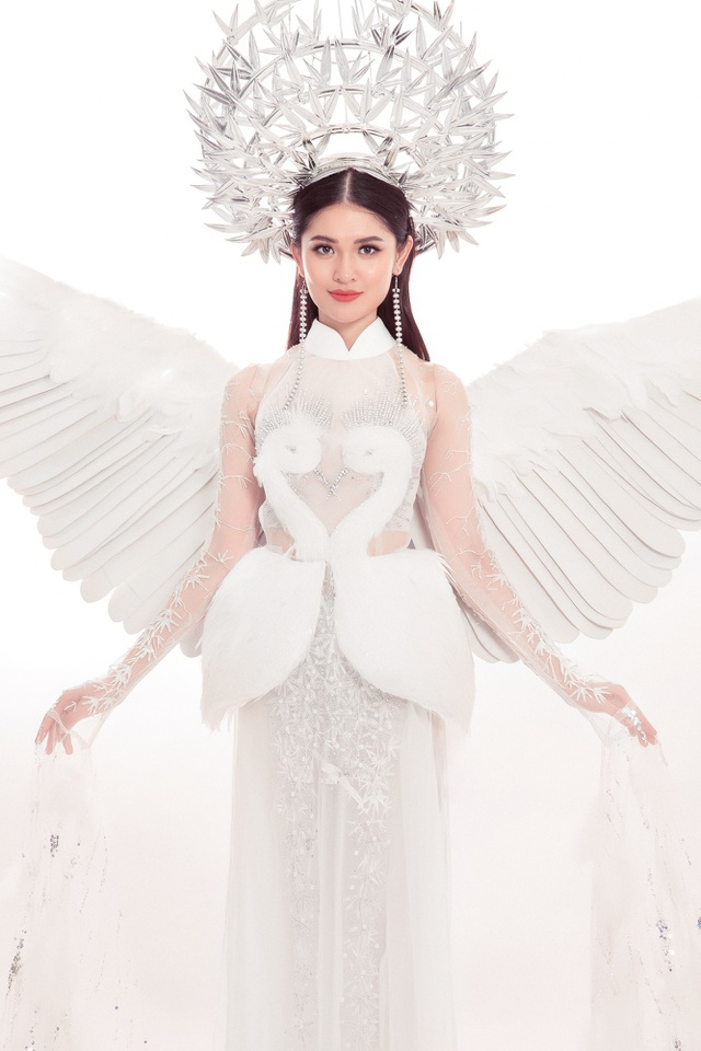 Bộ trang phục mang màu trắng chủ đạo, với 6 tà tượng trưng cho tư tưởng lục long, lục thân. Chất liệu tơ sống dệt thủ công của miền Bắc mang lại cảm giác nhẹ nhàng như cánh cò.