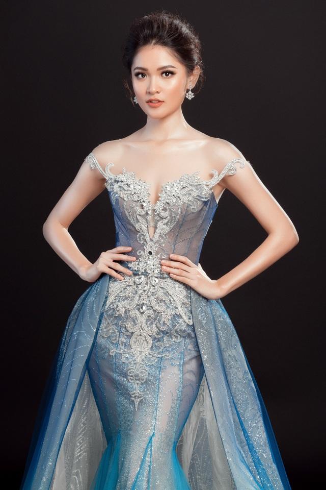 Phần váy choàng phía ngoài giúp Thùy Dung lộng lẫy trong di chuyển nhưng không kém phần sang trọng, tinh tế như một nữ hoàng sắc đẹp.