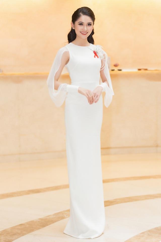 Cô diện chiéc váy gam màu trắng tinh khôi, nhấn nhá bằng con chim hạc được thiết kế riêng.