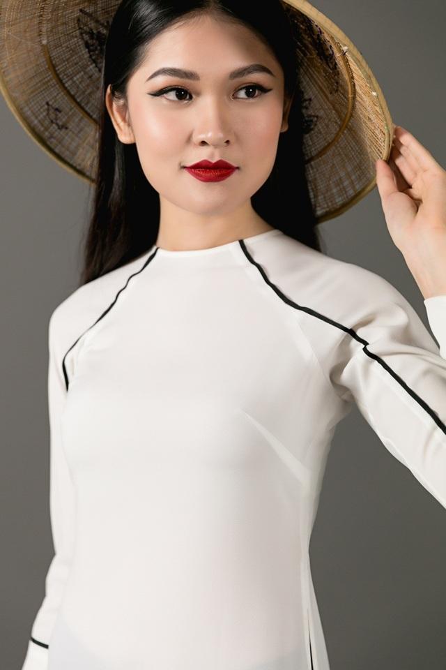 Mở đầu clip, Thuỳ Dung xuất hiện trong trang phục áo dài duyên dáng và chiếc nón lá giản dị. Cô từng thú nhận, bản thân mình không thuộc tuýp người của thi thố nhan sắc. Nhưng từng cơ duyên lại đến khiến cô tham gia Hoa khôi Ngoại thương, Hoa hậu Việt Nam 2016 và đạt được những thành tích cao nhất. Dù vậy, để đến với Miss International 2017 là cả một quá trình đấu tranh của Thuỳ Dung, bởi cô từng lo sợ mình chưa kỹ năng, sự chuẩn bị để gánh vác trọng trách cao quý ấy.