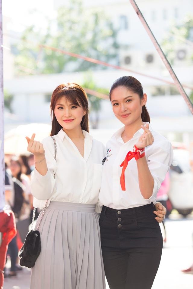 Đặc biệt, đây là lần đầu tiên Diễm Trang có dịp hội ngộ Thuỳ Dung vì cô bận rộn dành thời gian cho gia đình nhỏ thời gian qua. Cùng đăng quang danh hiệu Á hậu 2 của Hoa hậu Việt Nam, hai người đẹp đều được đánh giá cao bởi vẻ đẹp trong sáng cùng tri thức. Gặp gỡ nhau tại sự kiện, cả hai thân thiết trò chuyện và chụp hình kỷ niệm.