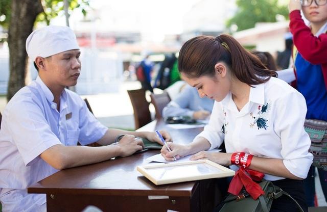 Riêng Á hậu Thùy Dung trải lòng dù rất sợ máu, nhưng cô tự nhủ phải can đảm vượt qua nỗi sợ để tham gia hoạt động hiến máu.
