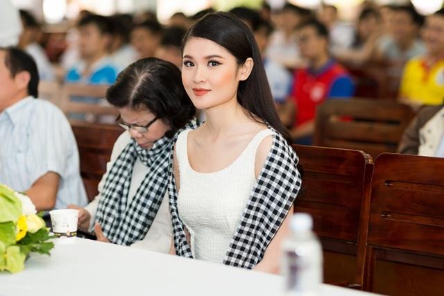 Á hậu Thuỳ Dung có cơ hội tham gia buổi giao lưu cùng sinh viên trường Đại học Giao thông Vận tải TPHCM.