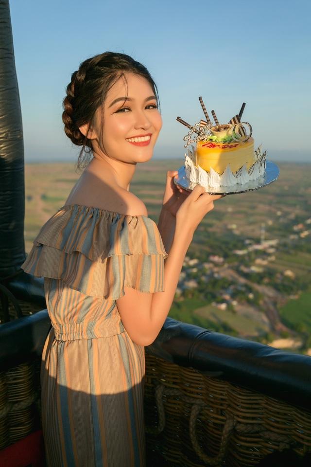 Trước món quà sinh nhật đặc biệt này, Thuỳ Dung vô cùng hạnh phúc vì được đón tuổi mới trong một khung cảnh bình minh lãng mạn ở trên cao khoảng 300m.
