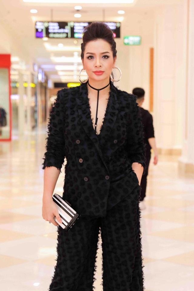 Cựu người mẫu Thúy Hằng diện một cây đen.
