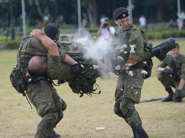 Lính Thủy quân Lục chiến Nga đã phô diễn sức mạnh và kỹ năng tác chiến tinh nhuệ qua một loạt các màn trình diễn đập vỡ vật nặng, bắn súng ngắn, đấu dao và võ thuật trước sự chứng kiến của người dân Philippines ở công viên Luneta. (Ảnh: Reuters)