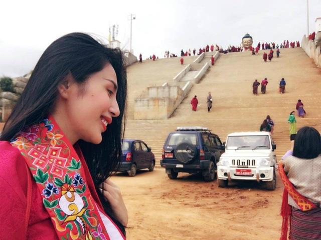 Thuỷ Tiên hành hương tới đất Phật, cô chia sẻ tâm trạng của mình: Đã đến được nơi cần đến, Pháp hội Kanjur Lung ở Bhutan, trước mặt tượng phật bằng đồng to nhất thế giới này là một phần của dãy Hy Mã Lạp Sơn, nơi 3 đời các chư phật đều sinh ra ở đây.