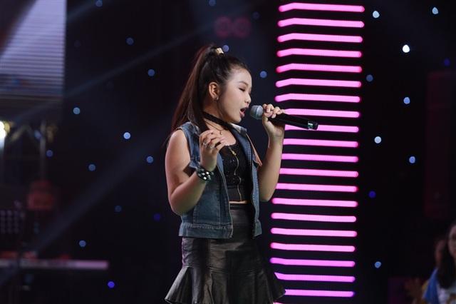 """Cô bé Thủy Tiên đã làm """"bùng nổ"""" sâu khấu khi trình bày ca khúc Sắc màu với phong cách rock."""
