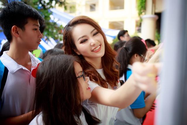 """Khi được hỏi về chuyện trượt giải """"MC ấn tượng"""" tại VTV Awards 2017, Thụy Vân cho biết, cô muốn gửi lời chúc mừng đến người chiến thắng là MC Thành Trung. Với cô, được lọt vào top 5 đề cử đã là một vinh dự bởi nó thể hiện sự yêu thương mà khán giả dành cho cô."""