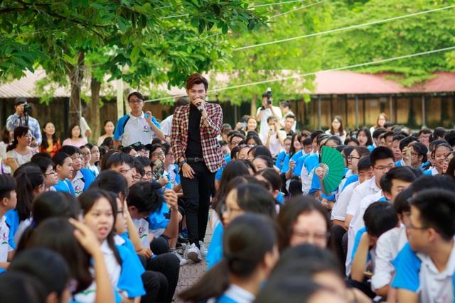 Nam ca sĩ được giới trẻ yêu mến trong vòng vây của các em học sinh.