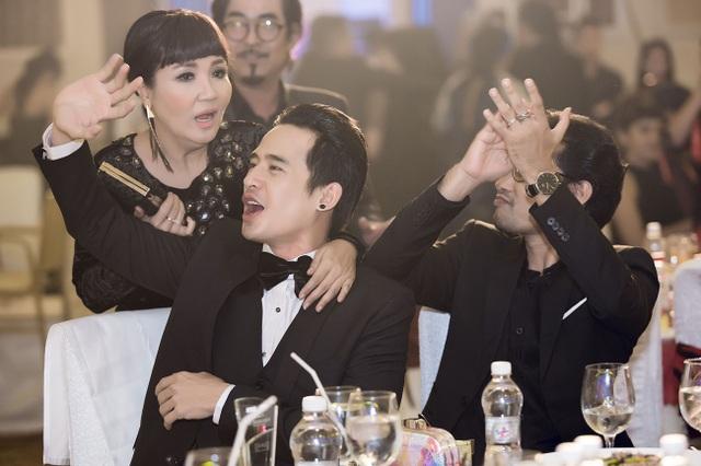Để bà xã tự tin, tỏa sáng, Lương Thế Thành cùng những người đồng nghiệp thân thiết như Ngân Quỳnh, Huỳnh Đông… liên tục cổ vũ và phấn khích khi nữ diễn viên khoe giọng hát ngọt ngào trên sân khấu.