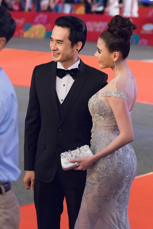 Tỏa sáng trên thảm đỏ với phong cách thời trang sang trọng, lịch lãm, cặp vợ chồng nổi tiếng Thúy Diễm - Lương Thế Thành thu hút sự chú ý của ống kính truyền thông.
