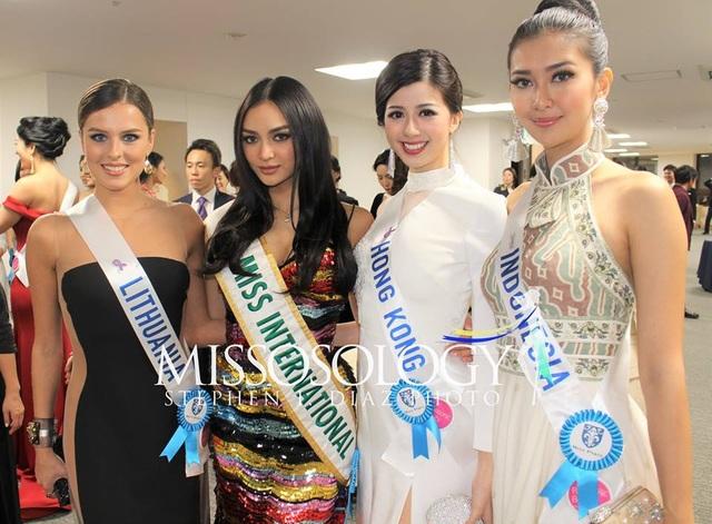 Kylie Verzosa (thứ hai từ trái sang) đến từ Philippines đang là đương kim Hoa hậu Quốc tế.