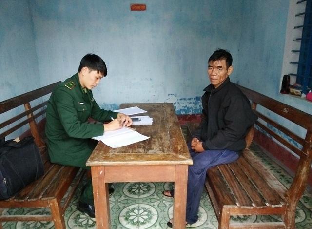 Ông Nguyễn Văn Nghe (bên phải) tại Đồn Biên phòng Cửa khẩu cảng Thuận An