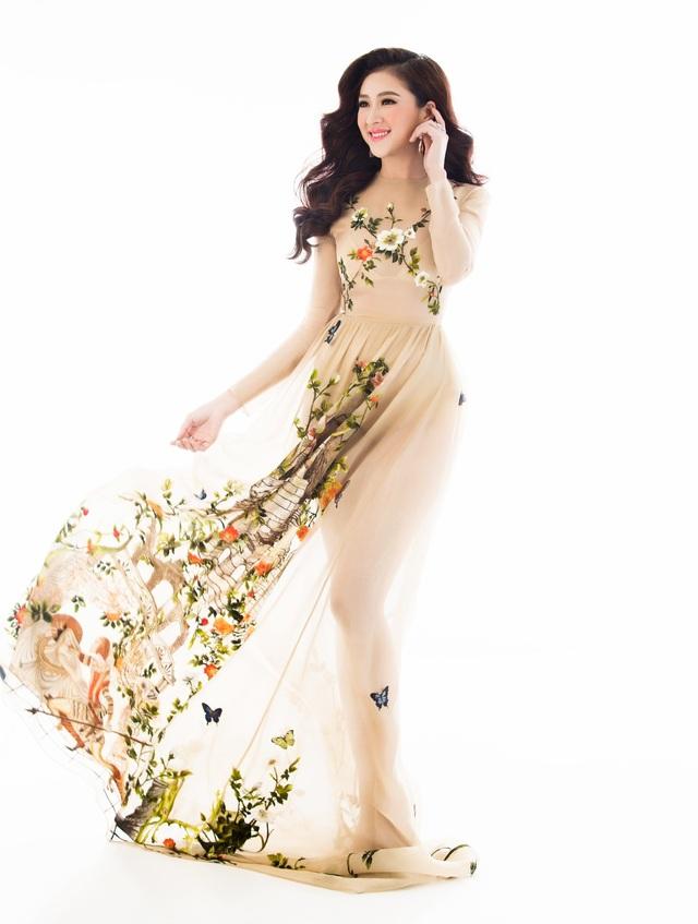 Chiếc váy màu nude khá kén màu da cùng những hình thêu hoa lá cầu kì, tinh tế tạo cho Thuỳ Trang vẻ đẹp nữ tính mong manh.