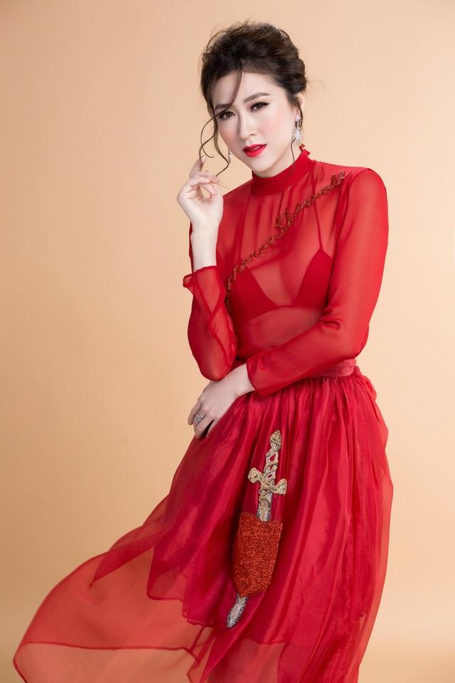 Thiết kế tông màu đỏ quyền lực phối voan trong suốt là thiết kế đầm độc đáo khiến các quý cô trở nên rạng ngời và lộng lẫy, mang đậm âm hưởng của phong cách phụ nữ Á Đông.