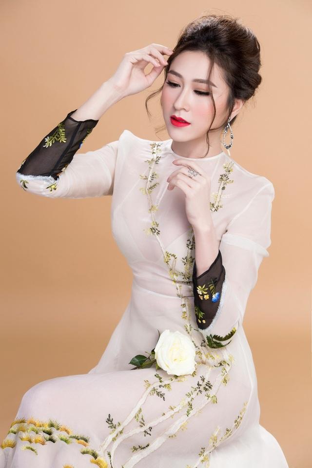 Thiết kế là phương tiện giúp không chỉ Thuỳ Trang mà cả những quý cô khác tôn được vẻ đẹp lấp ló của vòng 1 cùng vóc dáng kiêu sa với chi tiết đai thắt eo tạo nên những đường cong của cơ thể.