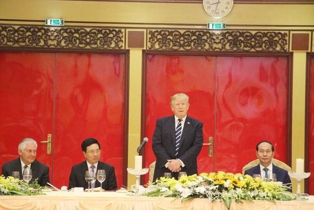 Đáp từ, Tổng thống Donald Trump bày tỏ vinh dự lớn lao có mặt tại đây, cho rằng quan hệ hai nước Mỹ và Việt Nam đã đạt được những thành tựu rất lớn lao. Tổng thống Donald Trump bày tỏ đất nước Việt Nam đã làm được rất nhiều điều tuyệt vời và nước Mỹ cũng vậy.