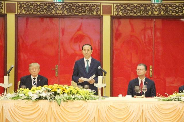 Chủ tịch nước Trần Đại Quang phát biểu chào mừng Tổng thống Donald Trump, nhấn mạnh việc Tổng thống Mỹ Donald Trump thăm cấp Nhà nước Việt Nam, dự APEC thể hiện thiện chí thắt chặt quan hệ giữa hai nước. Chủ tịch mong Tổng thống Donald Trump cảm nhận được lòng mến khách của đất nước Việt Nam tươi đẹp.
