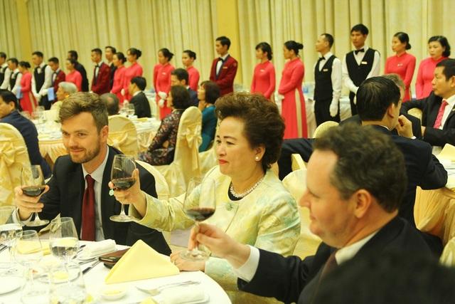Sau bài phát biểu, Chủ tịch nước Trần Đại Quang và Tổng thống Mỹ cùng các đại biểu nâng ly chúc mừng.