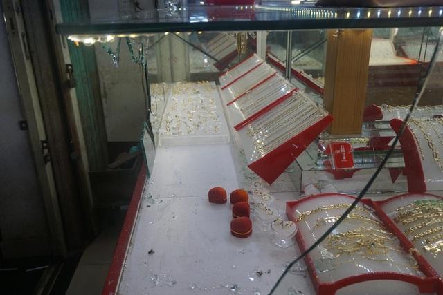 Tiệm vàng bị đập bể kính và lấy đi 10 đôi bông tai bằng vàng tây