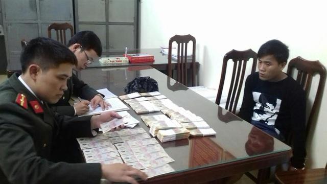 Đối tượng Phạm Thanh Khiêm cùng tang vật hơn 400 triệu đồng tiền giả