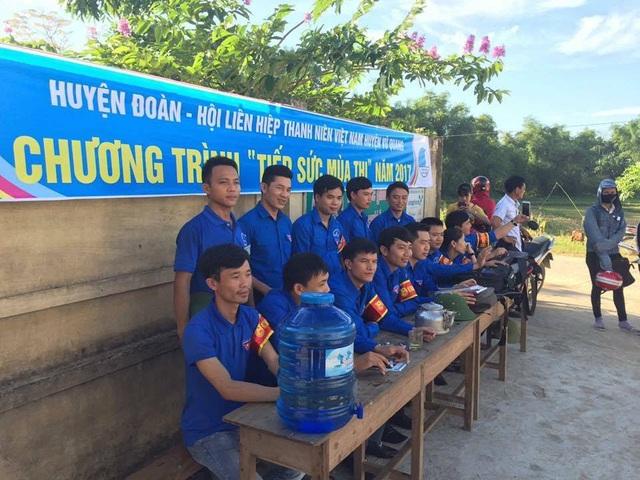 Các đoàn viên của Huyện đoàn Vũ Quang tiếp sức mùa thi cho các sĩ tử. (Ảnh: Xuân Sinh)
