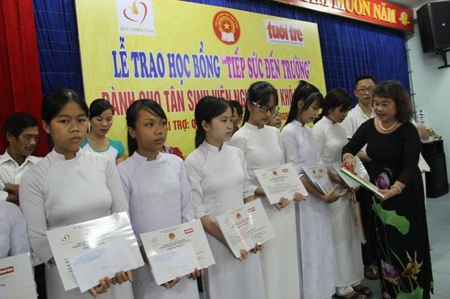 Chủ tịch Hội Khuyến học tỉnh Quảng Trị, bà Nguyễn Thị Hồng Vân trao học bổng đến các em