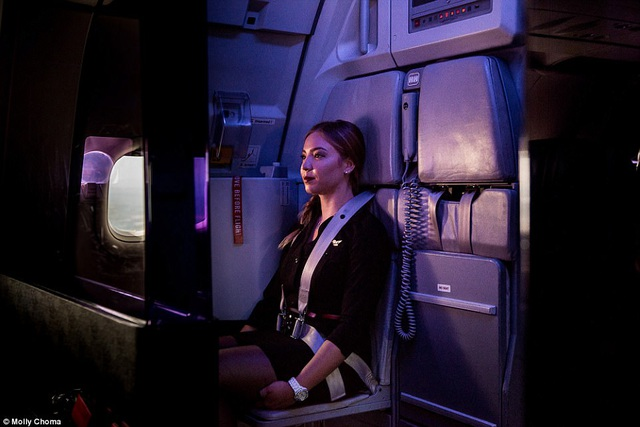 Hé lộ cuộc sống của các tiếp viên hàng không ở độ cao trên 9100m - 7