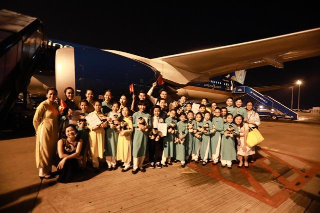 Các tiếp viên hàng không nhí ca hát, nhảy múa, tặng quà và chụp ảnh cùng phi hành đoàn, trên chuyến bay đặc biệt dịp 1/6