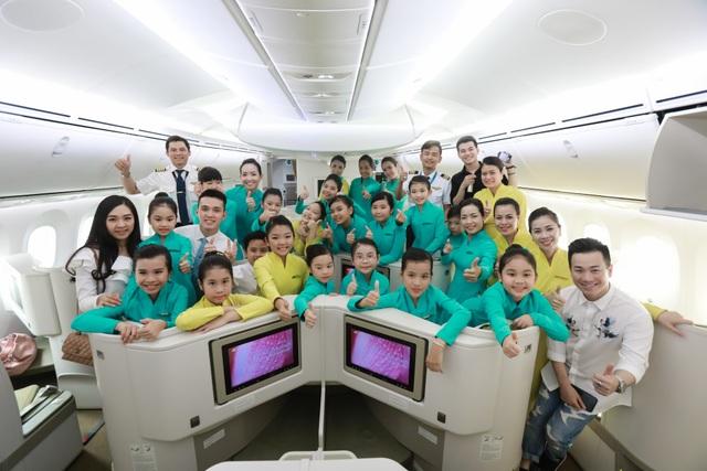 Các tiếp viên nhí trên chuyến bay đặc biệt của Vietnam Airlines trong dịp 1/6