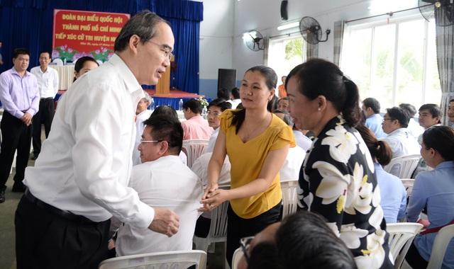 Bí thư Thành ủy TPHCM Nguyễn Thiện Nhân trò chuyện với cử tri huyện Nhà Bè