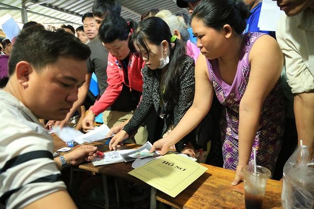 Hơn 4h sáng 26/6, lãnh đạo Trường tiểu học Tuy An đã chỉ đạo mở cổng trường, tiếp nhận hồ sơ của phụ huynh học sinh.